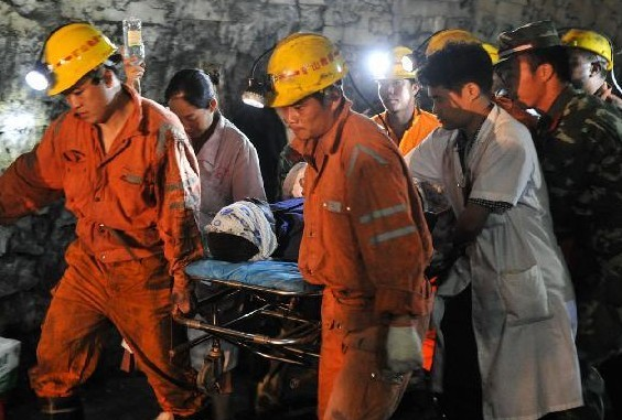 7月8日凌晨,医务人员将获救矿工接入耒阳市人民医院救治。